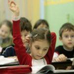 Foto: Elevii claselor gimnaziale nu vor mai plăti chiria pentru manuale