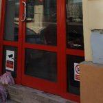 Foto: Proprietarul unui magazin lasă zilnic în fața ușii produsele alimentare nevândute pentru cei care au nevoie