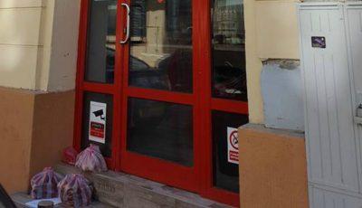 Proprietarul unui magazin lasă zilnic în fața ușii produsele alimentare nevândute pentru cei care au nevoie
