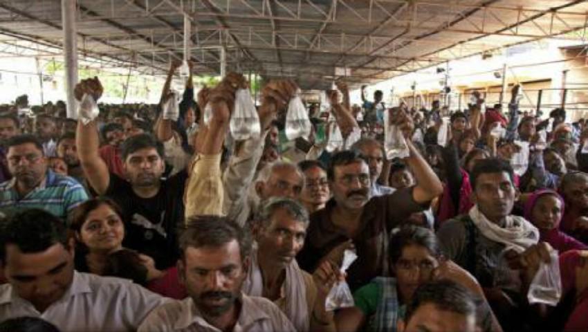 Foto: Ritual periculos în India. Mii de persoane stau la coadă pentru a se vindeca de astm înghițind un pește