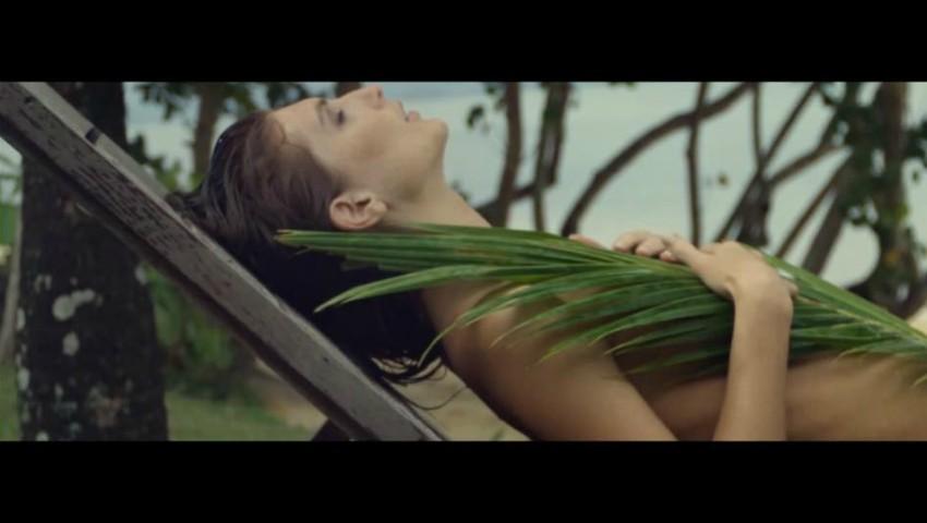 Foto: Irina Negară apare fără haine în videoclipul lui Adrian Ursu