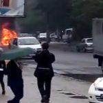 Foto: Video! Un automobil, în flăcări de trei metri pe o stradă din Capitală. A luat foc din senin