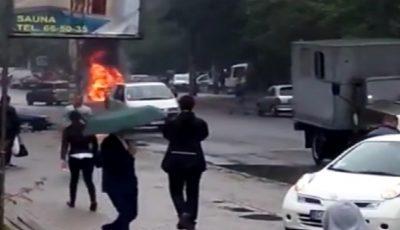 Video! Un automobil, în flăcări de trei metri pe o stradă din Capitală. A luat foc din senin