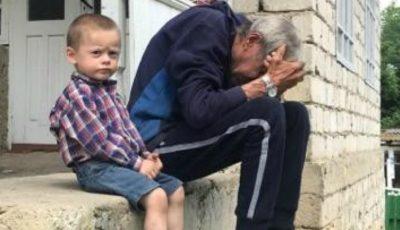 Un bunic cu 3 nepoți a rămas pe drumuri, după ce i-a ars casa. Să-l ajutăm împreună!