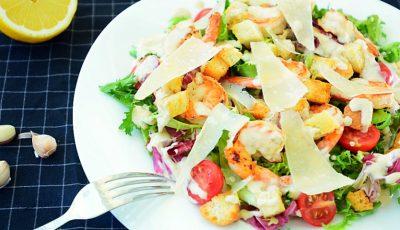 Salată Caesar cu creveţi grill