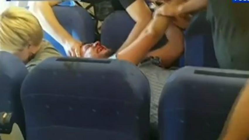 Foto: Video. Un turist beat a luat la pumni membrii echipajului și a fost legat de un scaun în avion