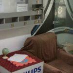 Foto: Un şomer a amenajat o sală de lectură în scara unui bloc în speranţa că îi va convinge pe tineri să citească