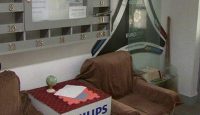 Un şomer a amenajat o sală de lectură în scara unui bloc în speranţa că îi va convinge pe tineri să citească