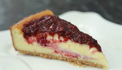 Un desert căruia nu-i poți rezista: Cheesecake cu vișine și coacăză