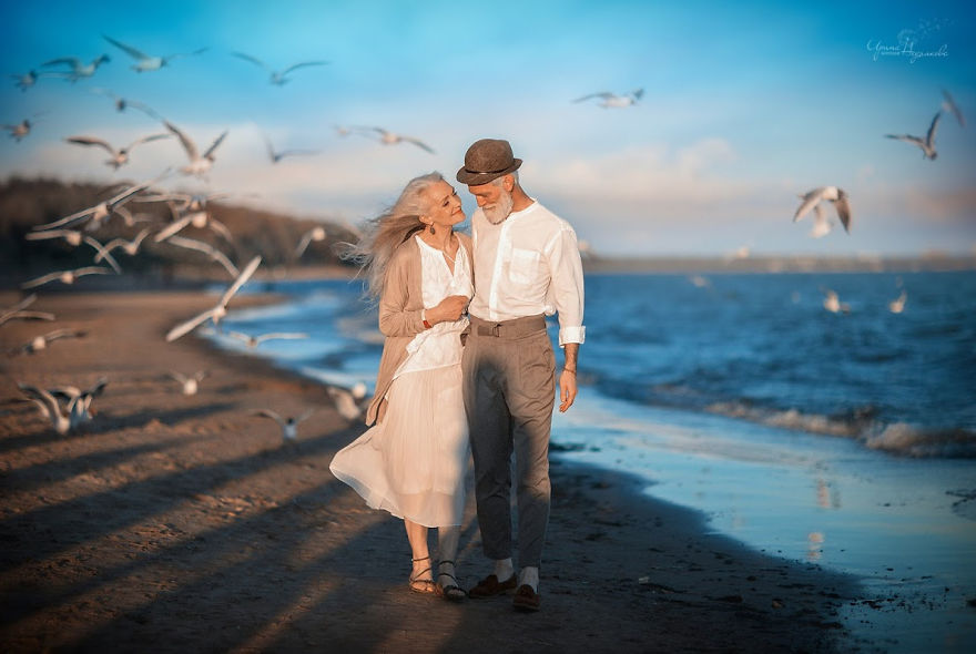 Russian-photographer-makes-wonderful-photos-with-an-elderly-couple-showing-that-love-transcends-time-5971043a89352-png__880