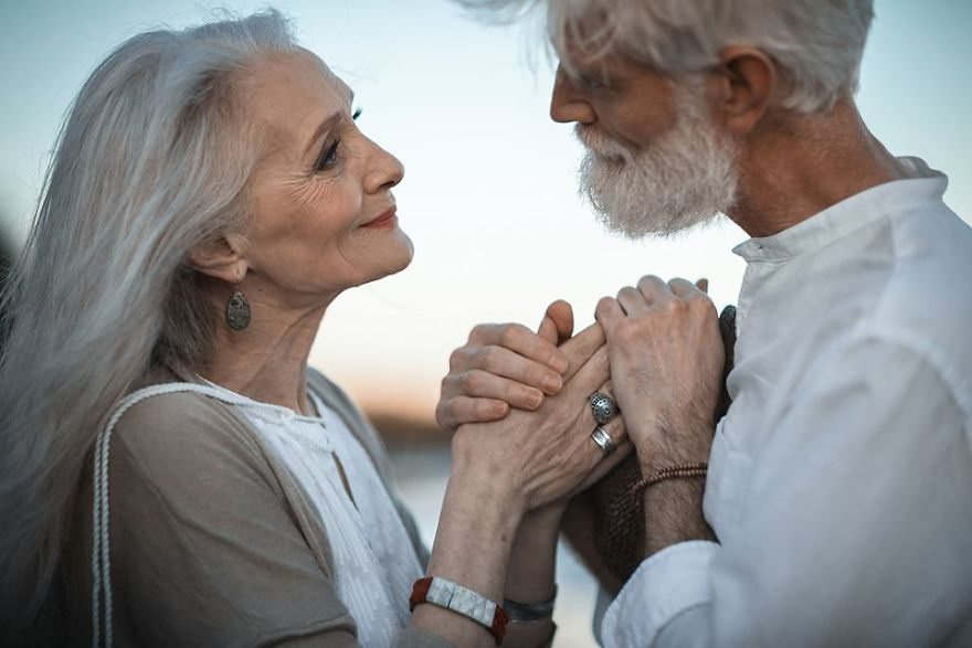 Russian-photographer-makes-wonderful-photos-with-an-elderly-couple-showing-that-love-transcends-time-597104a0c49a5__880