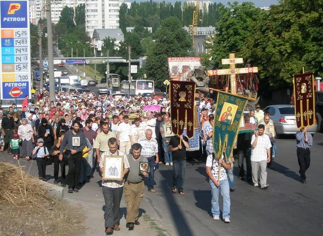 Foto: Enoriaşii din Chişinău au pornit pe Drumul Crucii şi al Pocăinţei