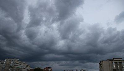 Temperaturi în scădere și ploi cu descărcări electrice