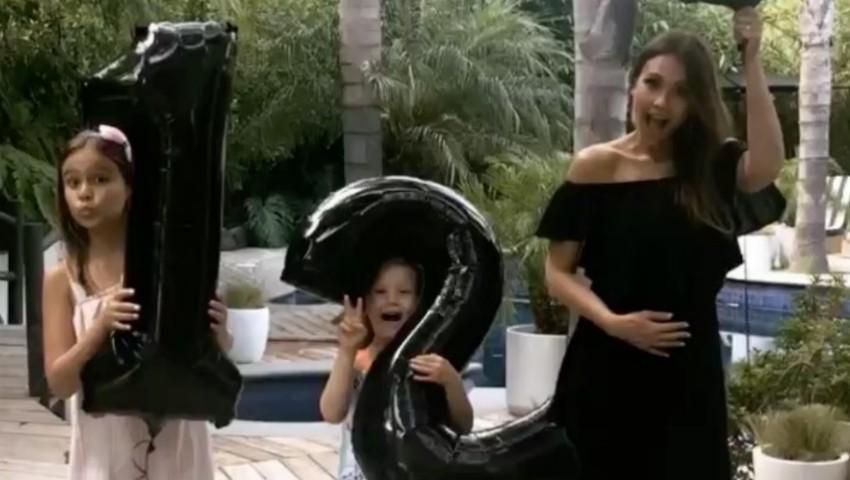 Foto: Jessica Alba, în costum de baie la plajă! Cum arată cu burtica de gravidă