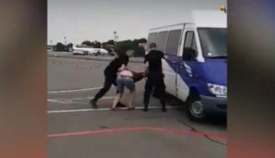 Video! Doi moldoveni, scoși cu forța de la bordul unui avion pentru comportament necuviincios