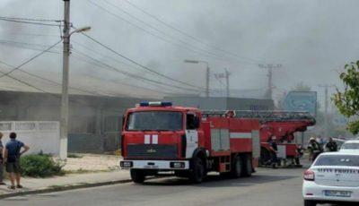 Incendiu pe strada Uzinelor din Capitală! Un depozit a luat foc