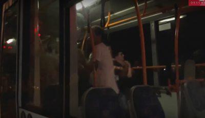 Video! O taxatoare, șoferul și mai mulți pasageri dintr-un troleibuz de pe ruta nr. 2 au fost bătuți până la sânge