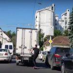 Foto: Se plimba cu skateboard-ul pe carosabil, ținându-se cu mâinile de remorca unui camion! Ce a urmat e îngrozitor