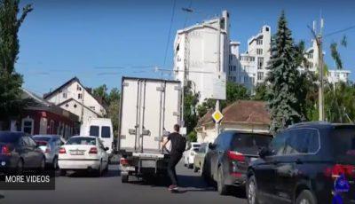 Se plimba cu skateboard-ul pe carosabil, ținându-se cu mâinile de remorca unui camion! Ce a urmat e îngrozitor