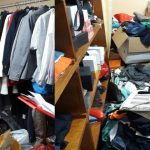 Foto: Atenție, vindeau haine cu etichete false de brand-uri renumite! Mai mulți consumatori din Capitală au fost la un pas de a fi înșelați