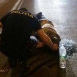 Foto: Imaginea care valorează mai mult, decât o 1000 de cuvinte. Un polițist din Capitală îngenuncheat, încearcă să-i salveze viața unui om