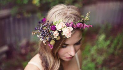 Cele mai frumoase coafuri de mireasă cu fructe și flori naturale pentru vară