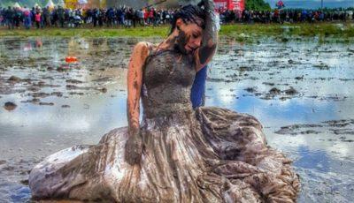 Un festival de muzică din Rusia inundat la propriu de nămol