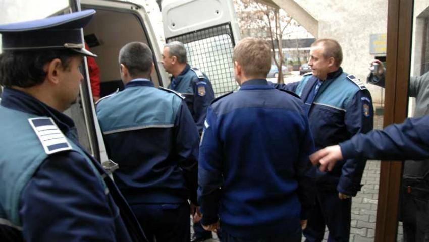 Foto: Atenţie la buzunare ! O moldoveancă de 36 de ani a fost reținută, după ce a  furat portmoneele la două femei din microbuz