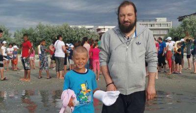 Povestea preotului care a dus 120 de copii la mare