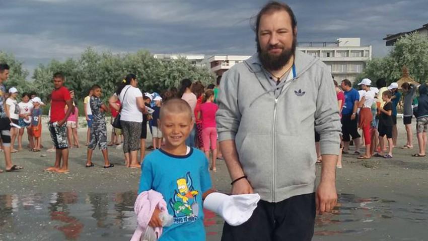 Foto: Povestea preotului care a dus 120 de copii la mare