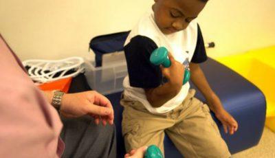 Primul transplant de mâini efectuat cu succes la un copil. După intervenție acesta poate să scrie