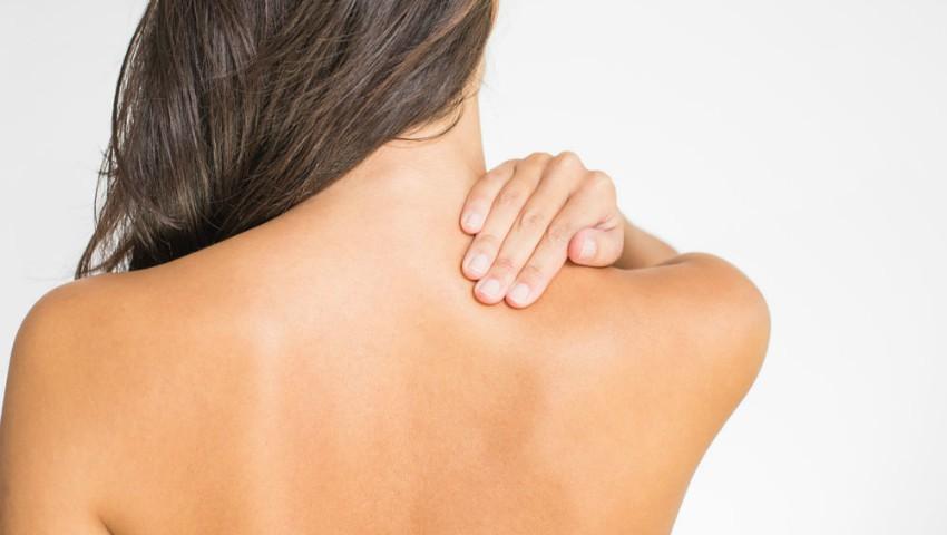 Foto: Cum poți preveni acneea localizată pe spate sau piept!
