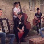 Foto: Senzațional! 5 tineri talentați din Moldova au lansat o piesă de dragoste, inspirată din anii '30