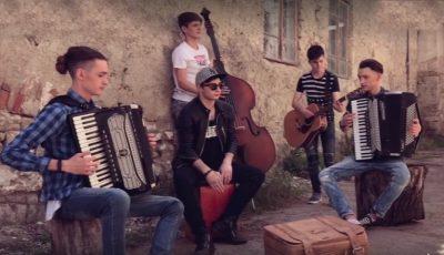 Senzațional! 5 tineri talentați din Moldova au lansat o piesă de dragoste, inspirată din anii '30