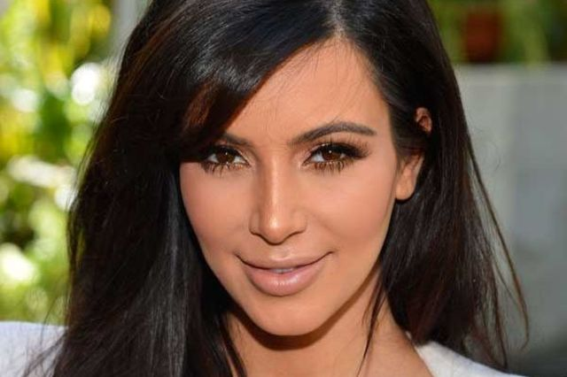 Kim-Kardashian-cu-picioarele-umflate-sugrumate-in-sandale-poze