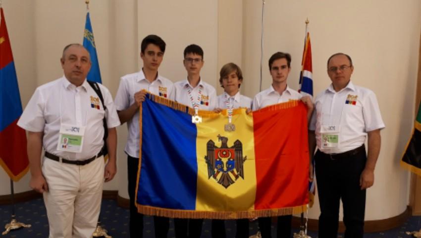Foto: Elevii moldoveni au obținut o medalie de argint și una de bronz la Olimpiada Internațională de Informatică
