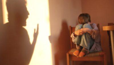 O moldoveancă a ajuns pe banca acuzaților. Îşi pedepsea copiii obligându-i să stea desculți pe hrișcă
