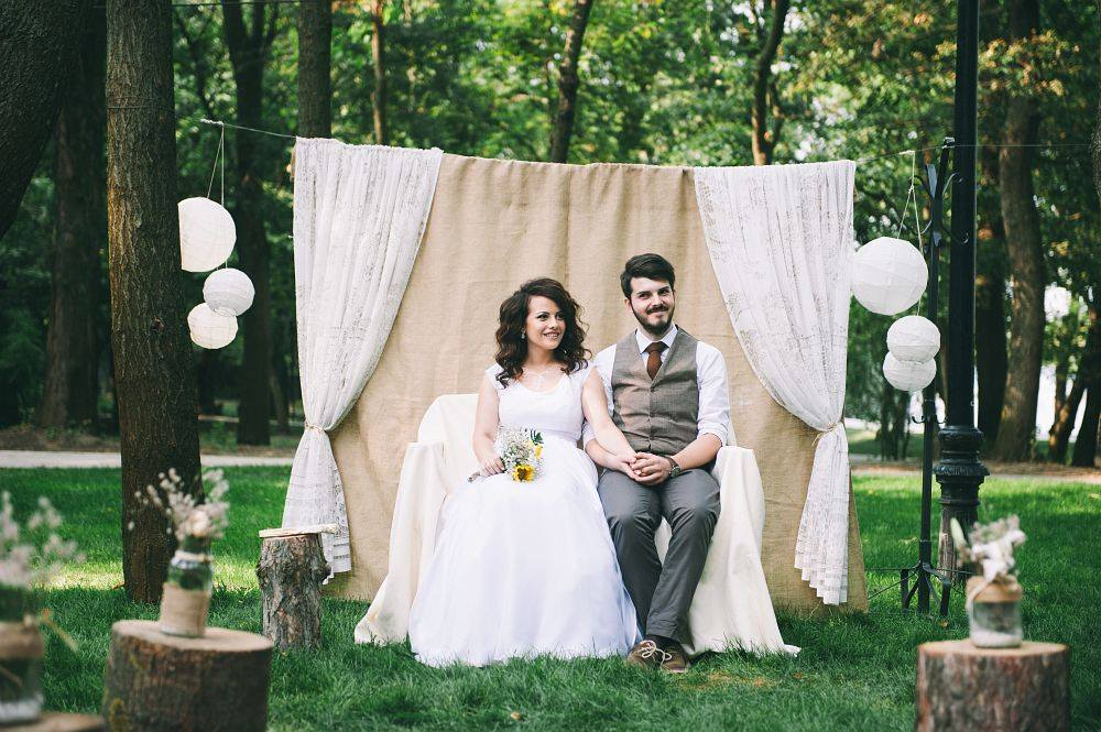 cum-sa-faci-singura-un-cadru-pentru-poze-la-nunta-diy-photobooth-rustic-dantela-panza-de-sac-nunta-in-aer-liber-decor
