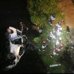 Foto: Accident grav: trei morţi şi şase răniţi, după ce un microbuz a căzut în râul Dâmboviţa