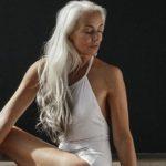 Foto: Un model de 61 de ani arată senzațional în costum de baie!