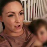 Foto: Video viral. Își alăptează fetița de 4 ani, în ciuda criticilor de pe rețelele de socializare