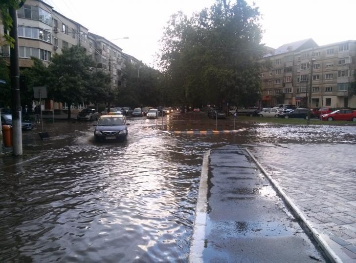 Foto: În Capitală au fost inundate mai multe străzi, după ce o țeavă s-a spart