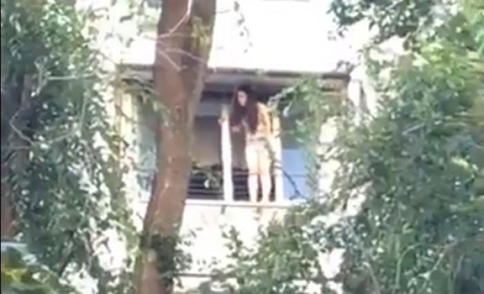 live-o-adolescenta-de-14-ani-ameninta-mai-bine-de-doua-ore-ca-se-va-arunca-in-gol-de-la-balcon-1501684834