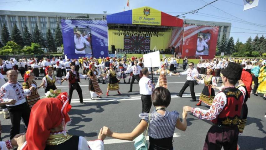 Foto: Ziua Independenței la Chișinău, parada portului popular! Vezi poze din PMAN
