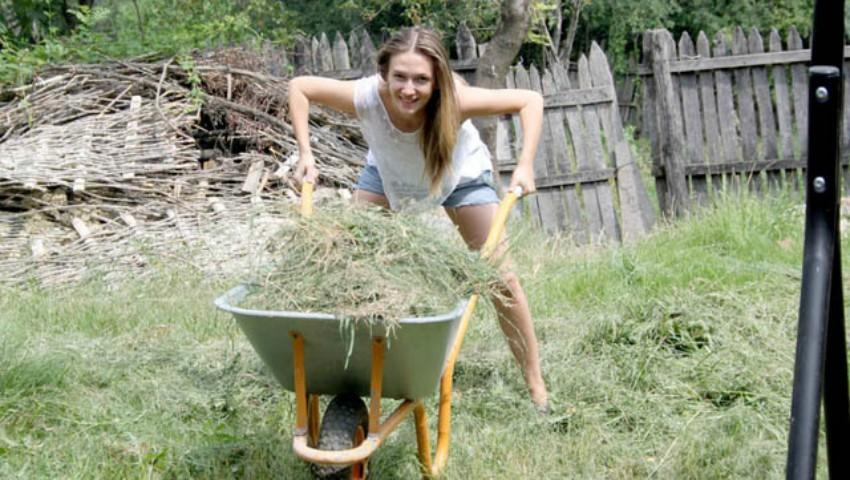 """Foto: Adela Popescu, despre viaţa ei la ţară: """"Am avut cea mai frumoasă copilărie din lume"""""""