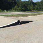Foto: Atenție, șoferi! Din cauza căldurii s-au ridicat plăcile de beton