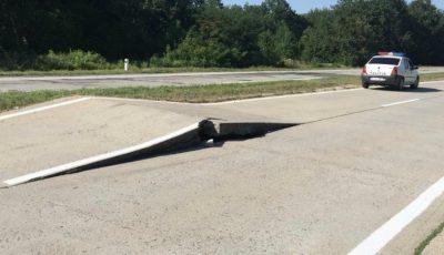 Atenție, șoferi! Din cauza căldurii s-au ridicat plăcile de beton