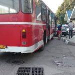 Foto: Iresponsabilitate! A alergat să prindă autobuzul, dar a ajuns sub roțile lui
