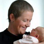 Foto: Deși a îndurat zece ședințe de chimioterapie, o femeie a născut o fetiță perfect sănătoasă!