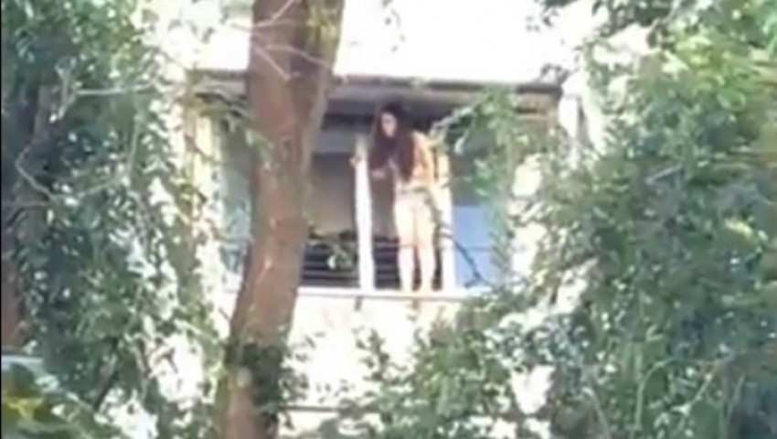 Foto: Video. O adolescentă din Capitală amenință de mai bine de două ore că se aruncă în gol de la balconul unui bloc